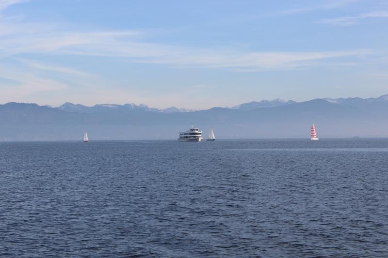 Fahrgastschiff vor Bergpanorama