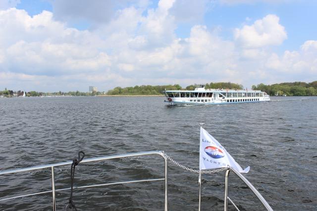 Ein Fahrgastschiff kreuzt unseren Kurs